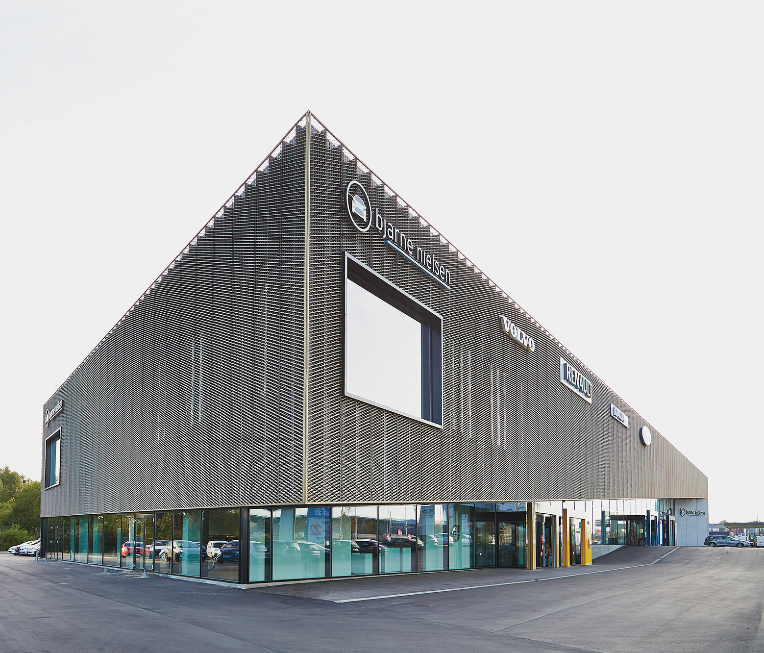 Showroom automotriz en herning krads plataforma for Plataforma arquitectura