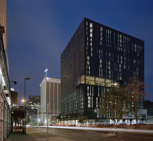 930 Poydras Residential Tower / Eskew+Dumez+Ripple. Image © Timothy Hurlsey