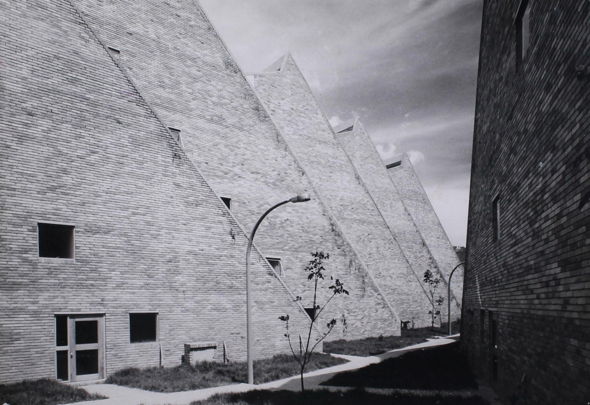 Rogelio Salmona y HernánVieco.Complejo de Vivienda Social en San Cristobal, Bogotá, Colombia, 1963-1966.. Image© Paolo Gasparini