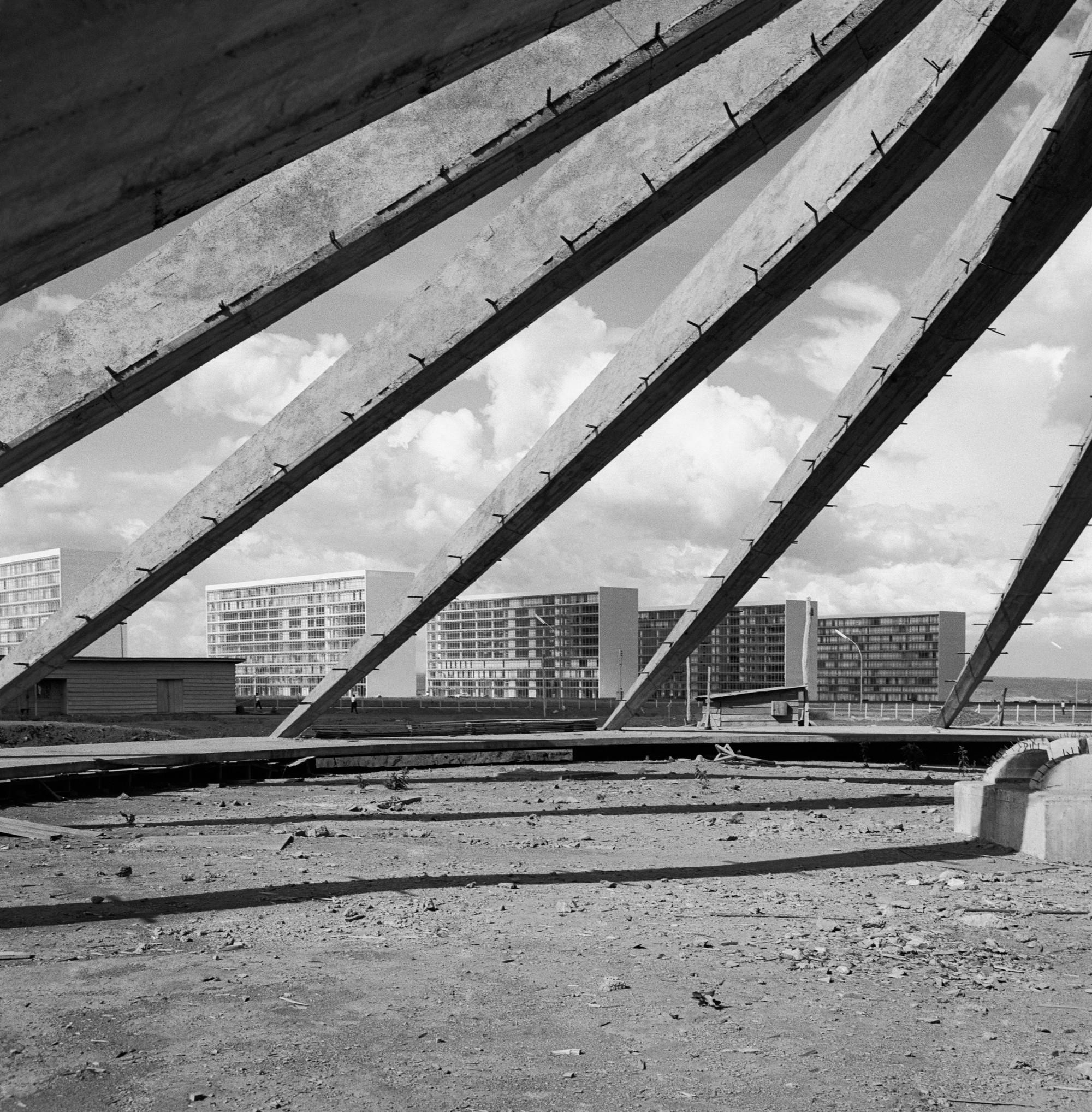 Oscar Niemeyer. Catedral Metropolitana de Brasilia en Construcción, Brasilia, Brasil.. ImageArquivo Publico do Distrito Federal