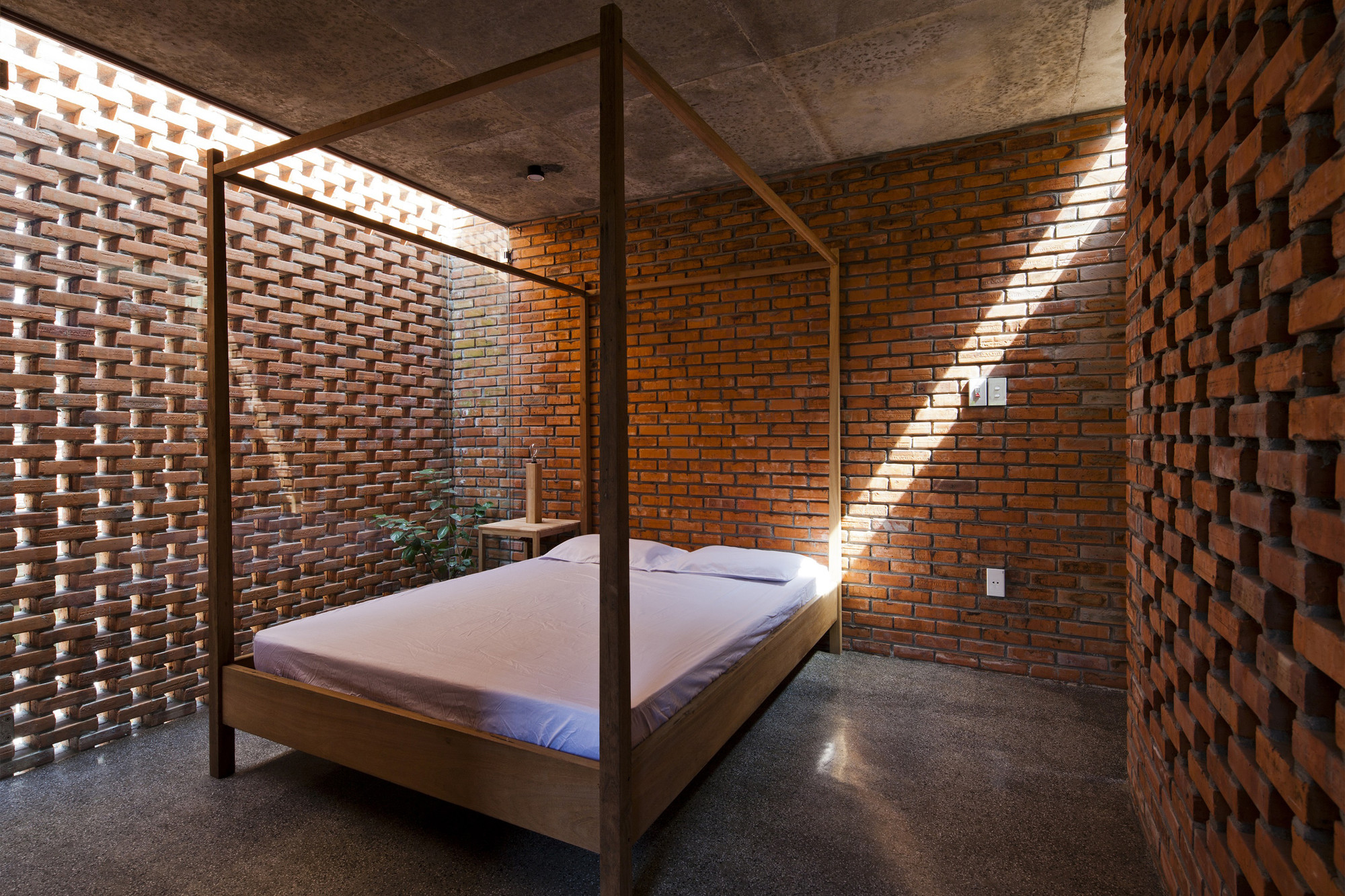 Termitary house tropical space archdaily for Perforated brick wall