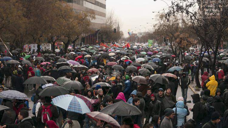 """""""Marcha de los 100 mil paraguas"""", protesta en el contexto de las marchas estudiantiles de 2011 en Chile. Image ©  Rafael Edwards [Flickr CC]"""