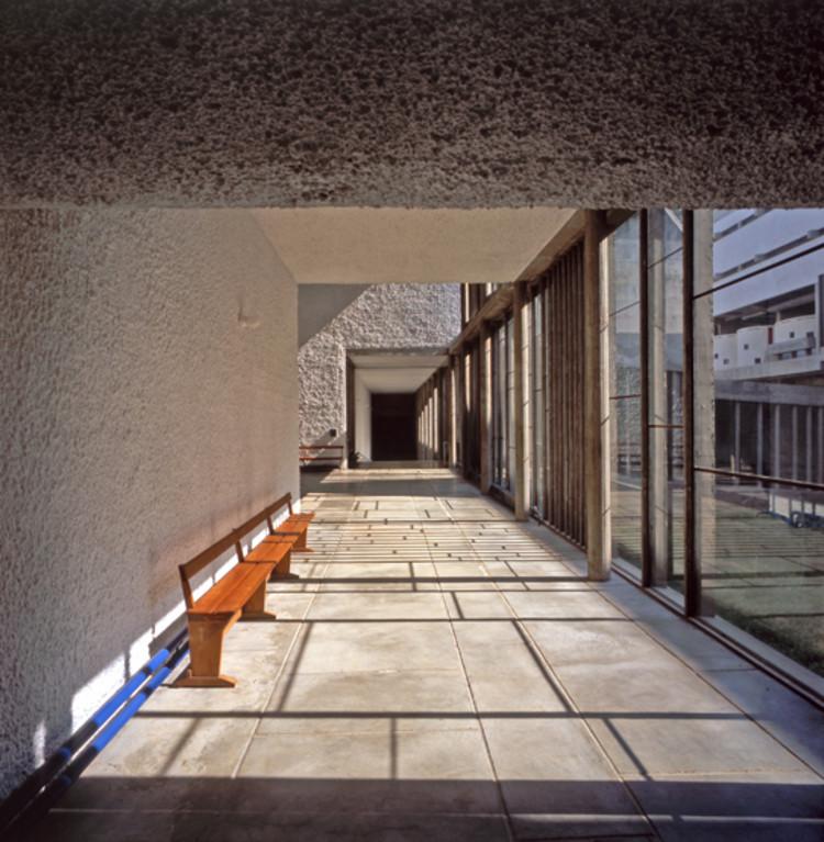 Corredor al atrio cadencioso con la luz solar a finales de la mañana. Monasterio de Sainte Marie de la Tourette, Eveux-sur-l'Arbresle, Francia. Imagen © Henry Plummer 2011