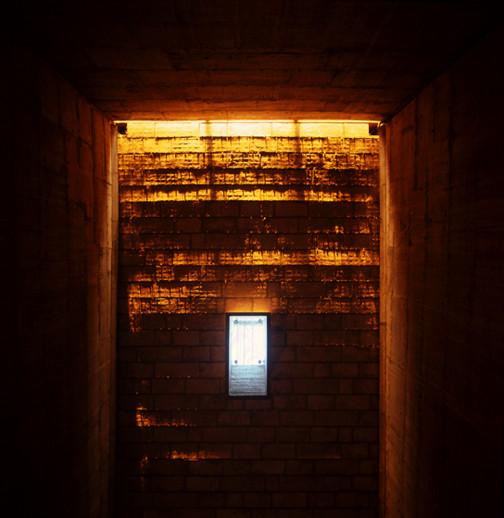 Vista hacia arriba de clímax de la puesta del sol como la luz dorada roza el techo táctil. Monasterio de Sainte Marie de la Tourette, Eveux-sur-l'Arbresle, Francia. Imagen © Henry Plummer 2011