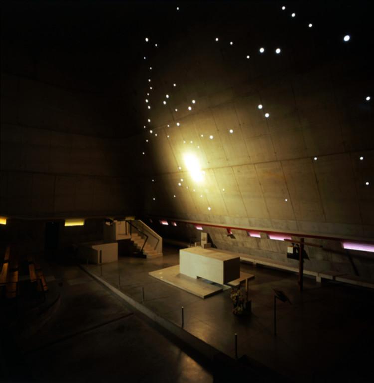 Luz dorada en la pared del altar. Iglesia de Saint-Pierre, Francia. Imagen © Henry Plummer 2011