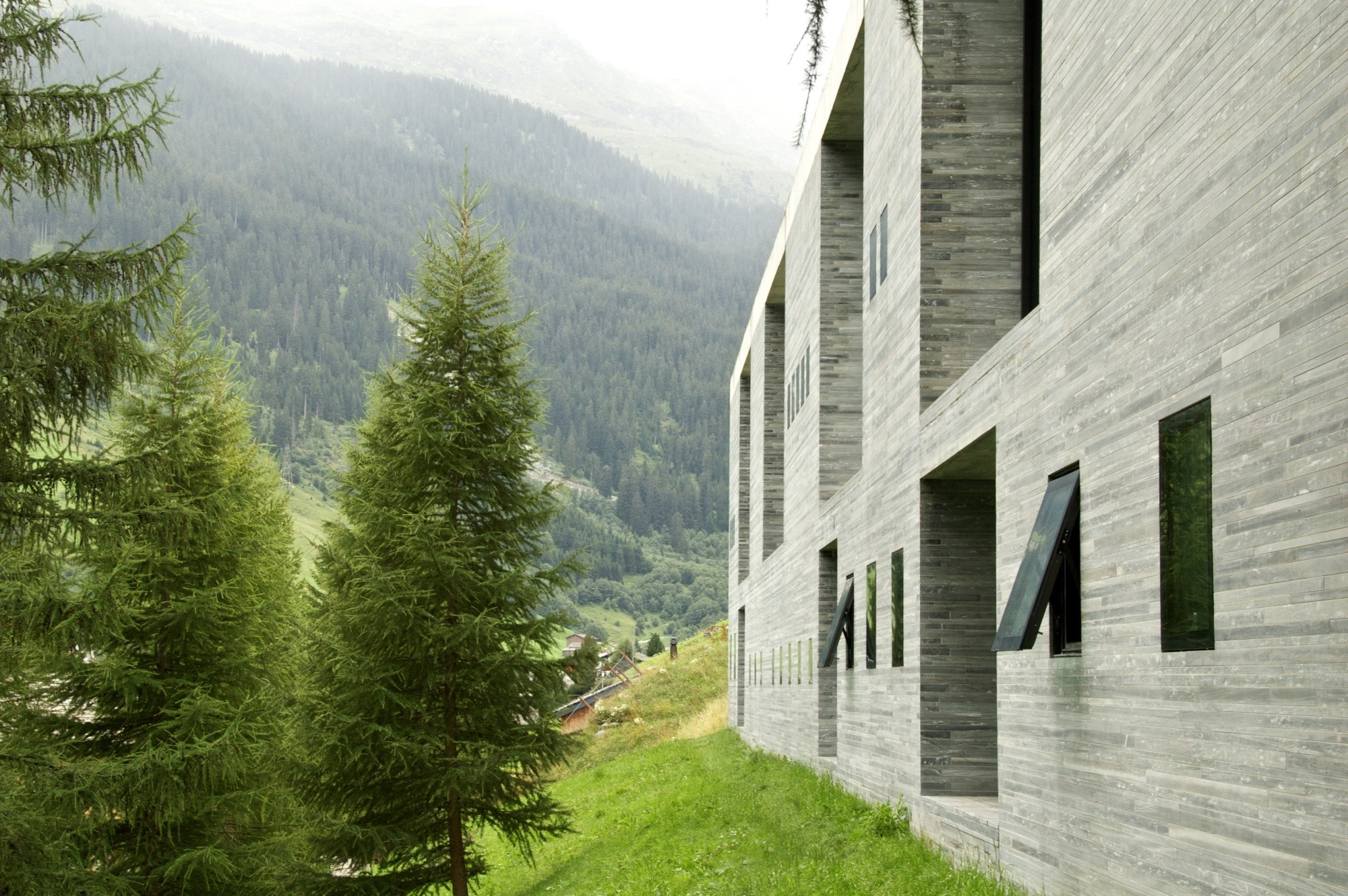 Peter zumthor tag archdaily for Design hotel vals