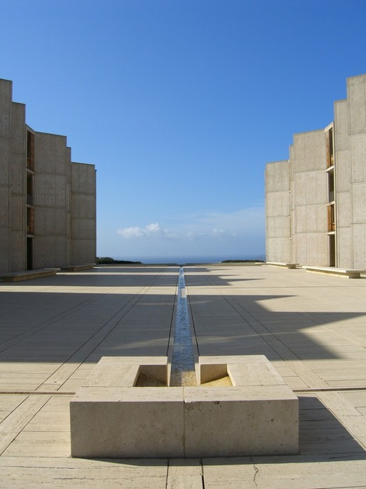 Patio Salk Institute, Luis Barragán. Used under <a href='https://creativecommons.org/licenses/by-sa/2.0/'>Creative Commons</a>. Image© Usuario de flickr: dreamsjung