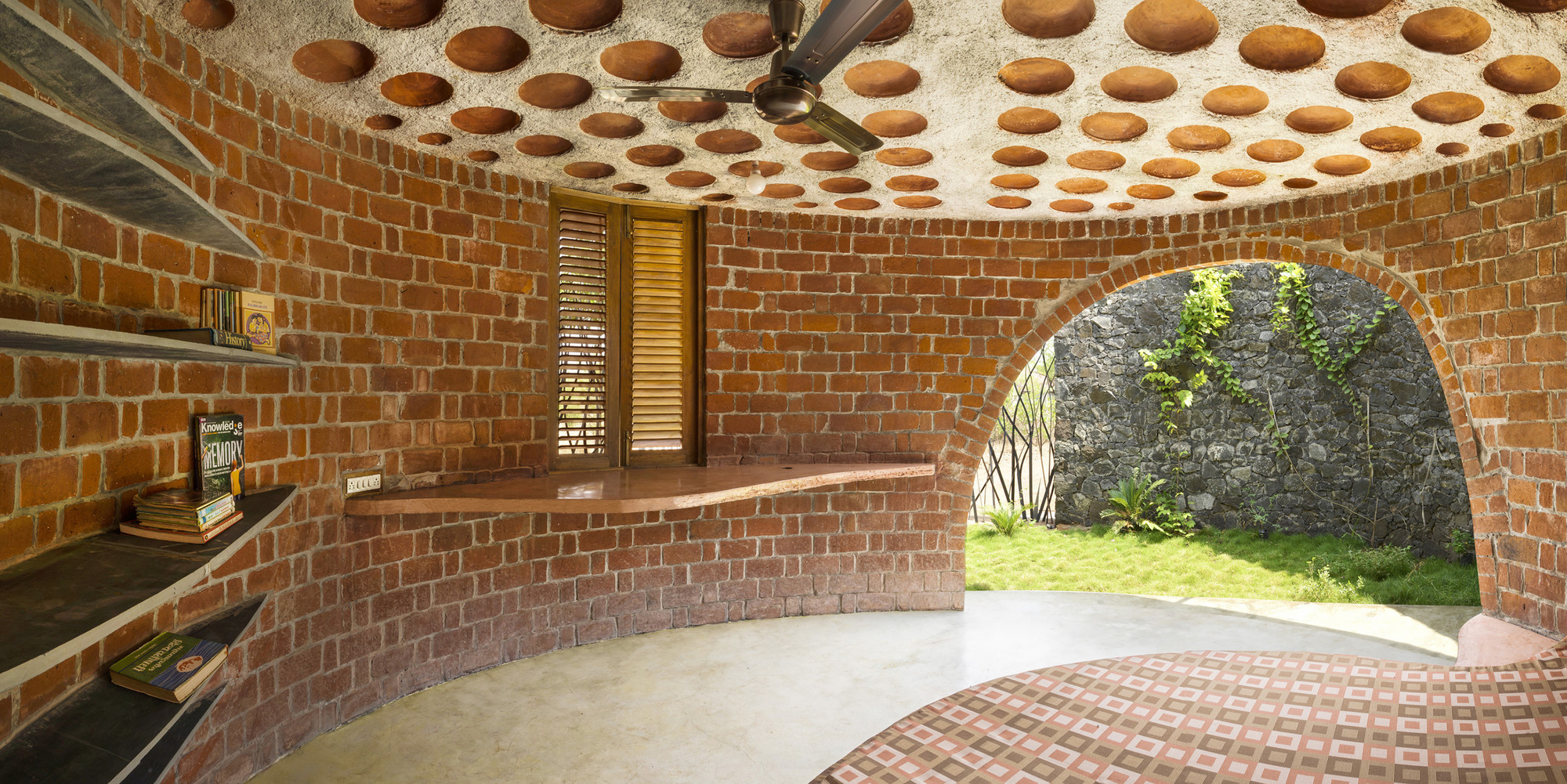 Brick house istudio architecture archdaily for Brick home construction costs
