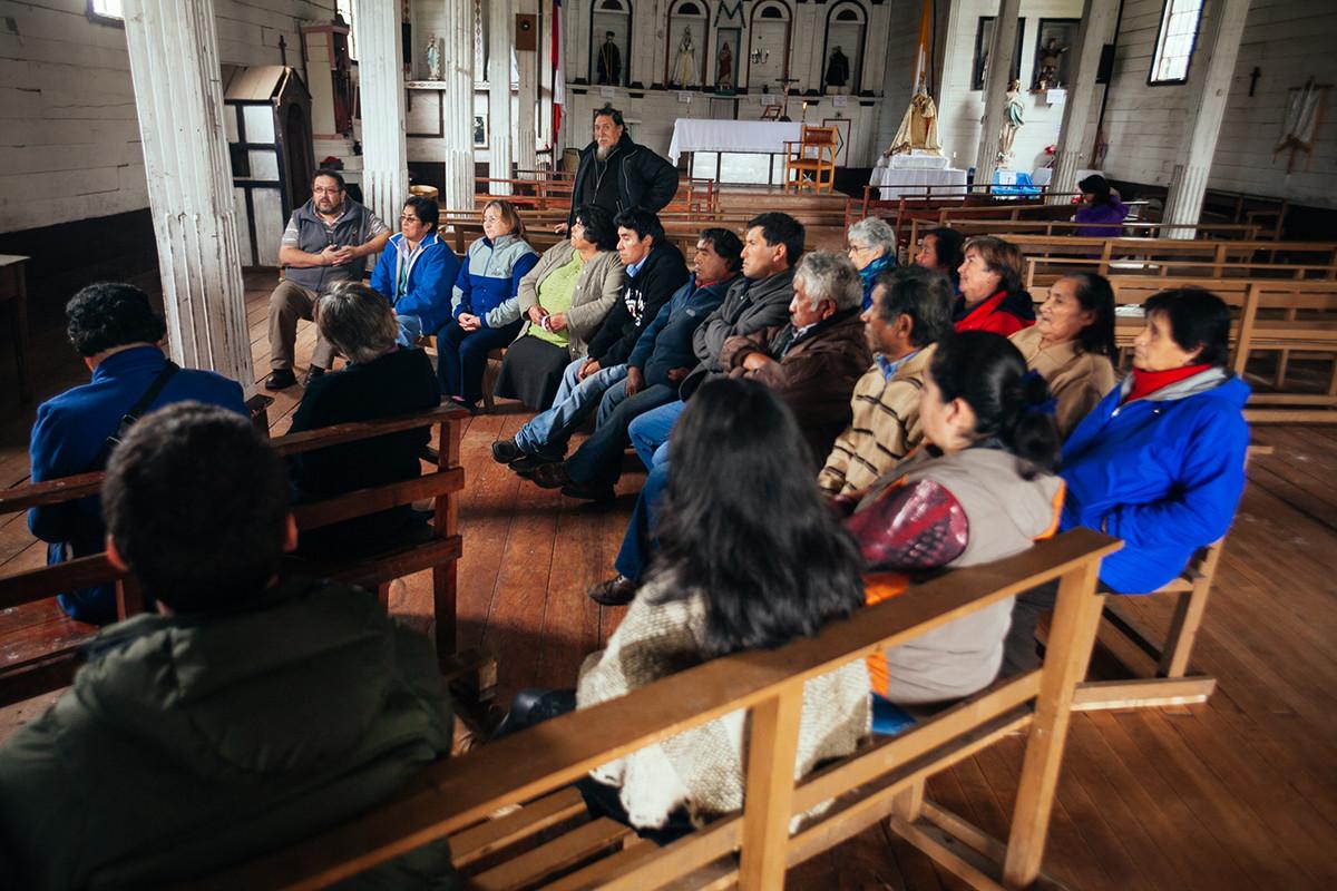 Presentación ante la comunidad del Polígono de protección propuesto en torno a la Iglesia de ichuac / Taller Chiloé 2014. Image © Carlos Hevia