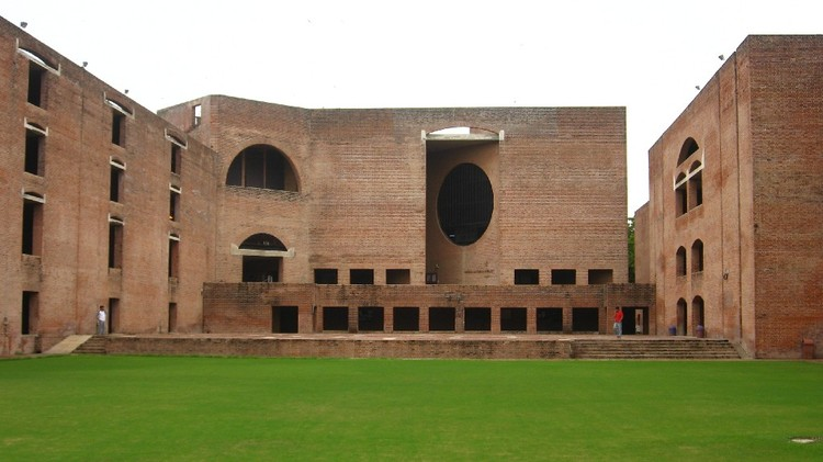 Indian Institute of Management. Image © <a href='https://en.wikipedia.org/wiki/File:Louis_Kahn_Plaza.jpg'>Students of IIMA via Wikimedia</a> licensed under <a href='https://creativecommons.org/licenses/by/3.0/deed.en'>CC BY 3.0</a>