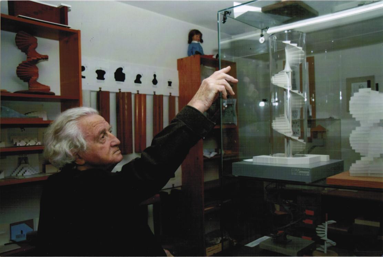 """Toma del film de Friedrich Mielke: """"Discipline and Passion, the Science of Stairs""""(Disciplina y pasión, la ciencia de las escaleras), 2014, por Stephan Trüby. Imágen cortesía del Museo de Arte Tel Aviv"""