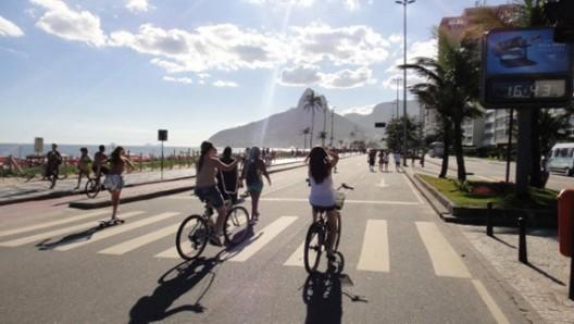 El encaje urbano de la bicicleta: buenas prácticas de diseño y gestión, © Cierre de la orla de la Playa de Ipanema durante los domingos