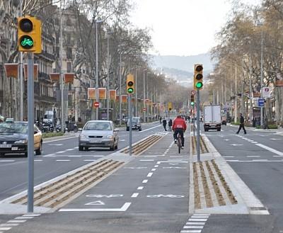 © Proyecto de carril bici construido durante las obras de reurbanización superficial del Passeig Sant Joan en Barcelona.