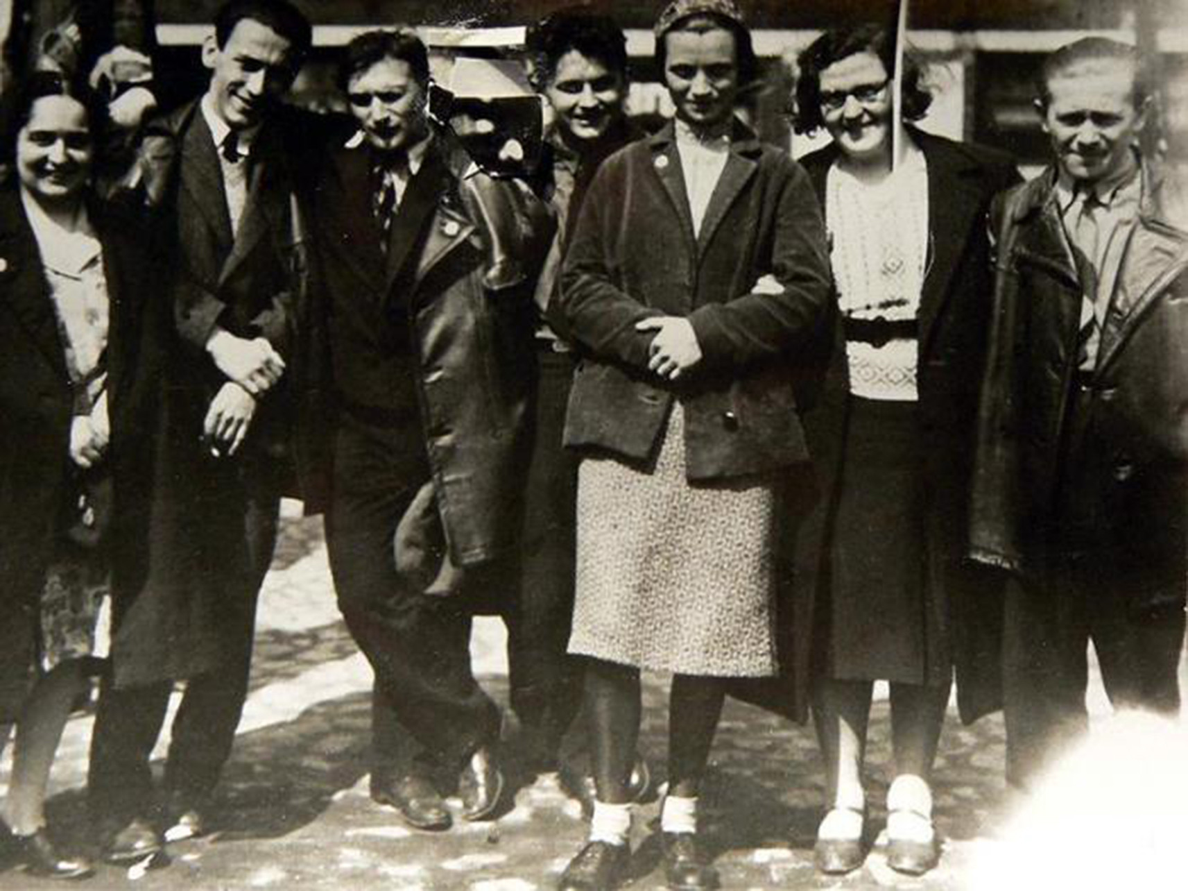 Nadja Catalan, Tibor Weiner, Philip Tolziner, Konrad Puschel, Margarete Mengel, Lilya Polgar y Anton Urban, ex estudiantes del Bauhaus que acompañaron a Hannes Meyer a la URSS en 1930.. Image Cortesia de Ross Wolfe y The Charnel House