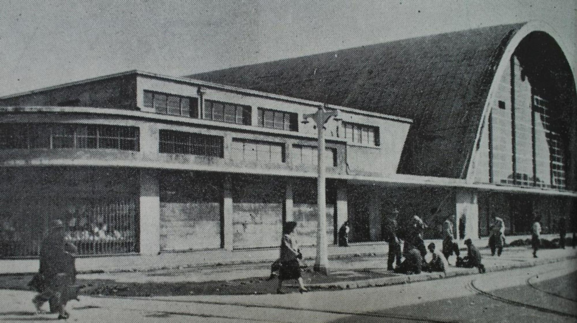 Mercado Central de Concepción, diseñado por Tibor Weiner y Ricardo Muller en 1940, declarado Monumento Nacional en el año 2014, después del incendio sufrido el año anterior.. Image Cortesia de Luis Darmendrail