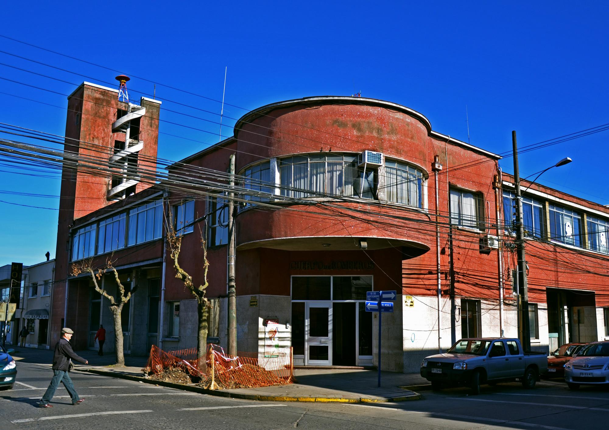 Estación de Bomberos de Chillán diseñada por Tibor Weiner y Ricardo Muller después del terremoto de 1939.. Image © Gonzalo Vargas Malinowski