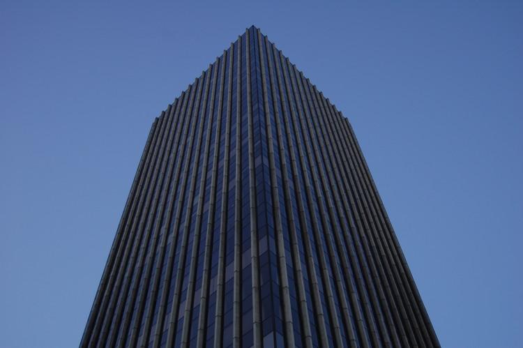 Clásicos de arquitectura: Torre Santa María / Alemparte Barreda y Asociados, Vista del edificio desde su base. Imagen © flickr usuario il_tommy . Used under <a href='https://creativecommons.org/licenses/by-sa/2.0/'>Creative Commons</a>