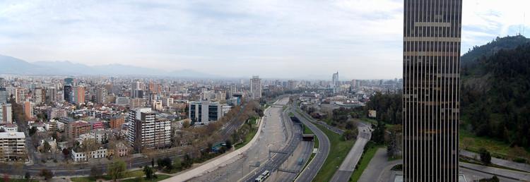 Vista panorámica del Gran Santiago hacia el Poniente. En primer plano destaca la Torre Santa María. Cortesía de autor Sinopsis, Wikipedia (CC)