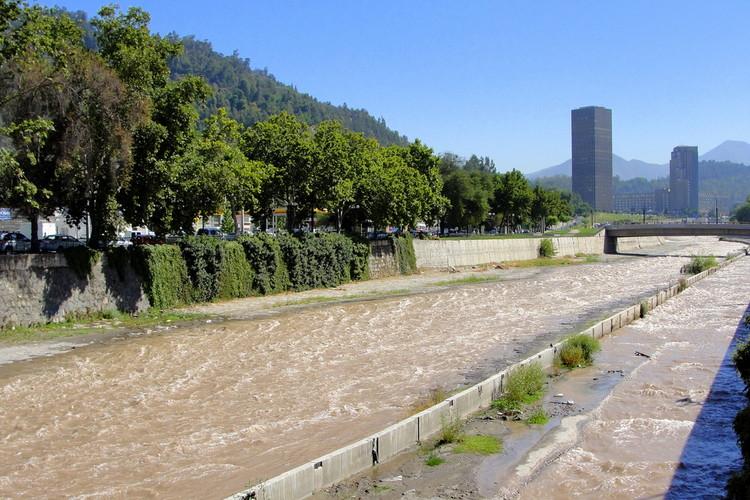 El río mapocho con el cerro San Cristóbal de fondo y la Torre Santa María a la distancia. Imagen © flickr usuario Márcio Cabral de Moura. Used under <a href='https://creativecommons.org/licenses/by-sa/2.0/'>Creative Commons</a>