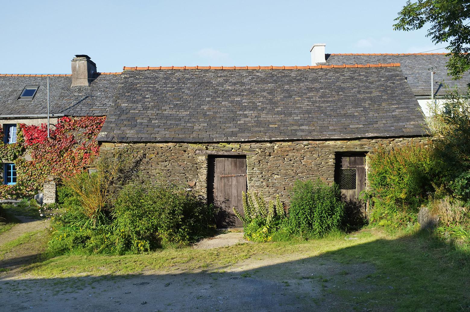 An old breton barn converted into an artist studio modal for Cobertizos de madera