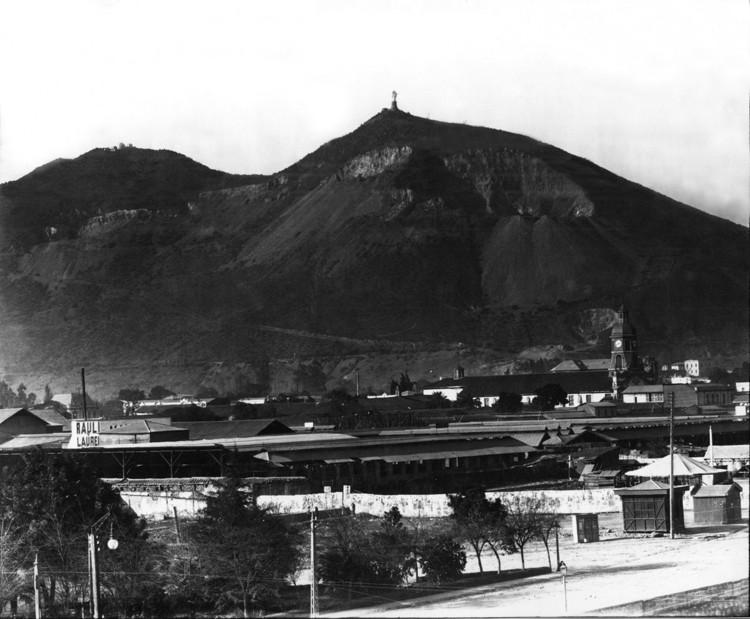 El Cerro San Cristóbal y su entorno durante los años ochenta. Cortesía de Nueva Santa María