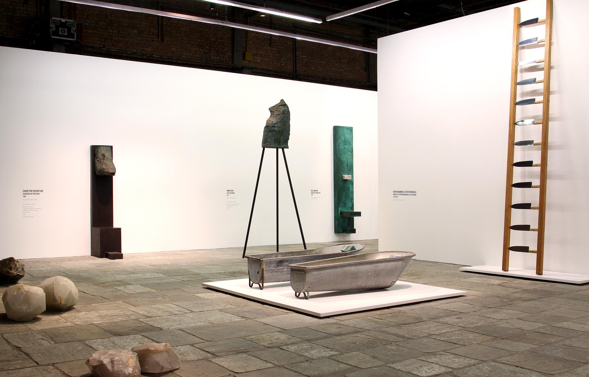 """Projeto expográfico do METRO para a exposição """"Terra Comunal"""". Na foto vemos alguns dos """"Transitory Objects"""" de Marina Abramović . Image © Romullo Baratto"""