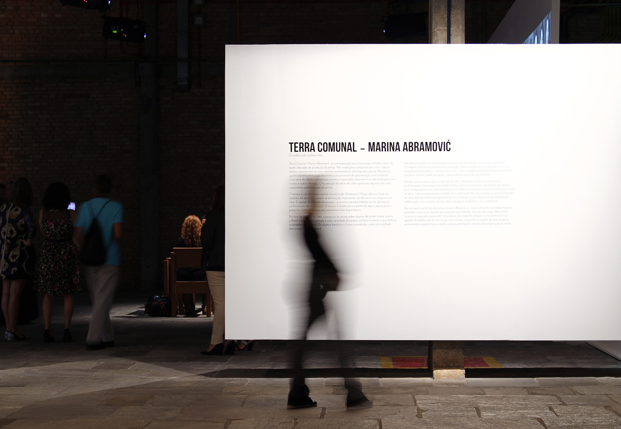 """Projeto expográfico do METRO para a exposição """"Terra Comunal"""". Detalhe para a parede branca elevada do solo. Image © Romullo Baratto"""