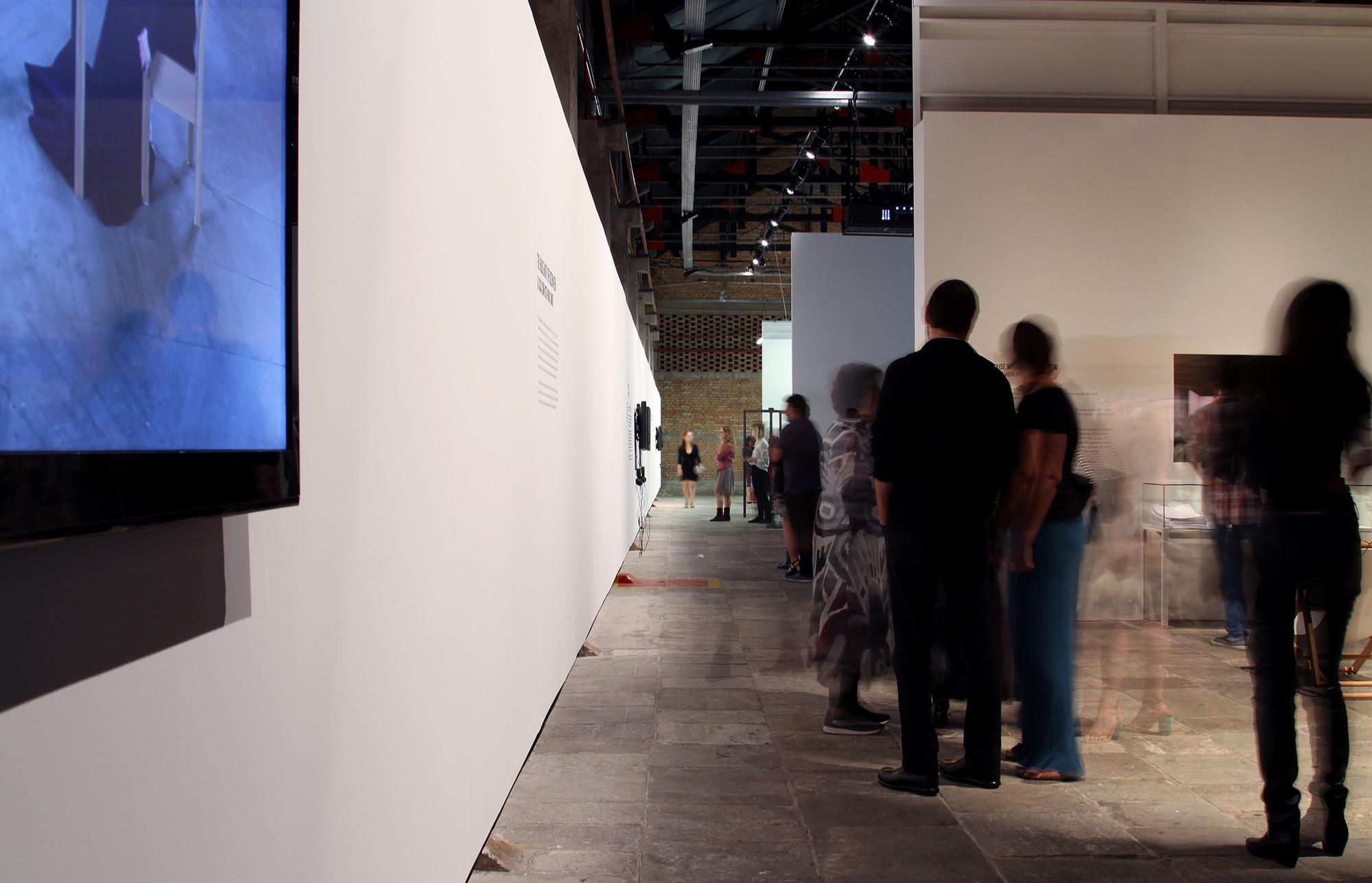 """Projeto expográfico do METRO para a exposição """"Terra Comunal"""". No canto superior direito pode-se ver o detalhe dos painéis de MDF estruturados por sarrafos. Image © Romullo Baratto"""