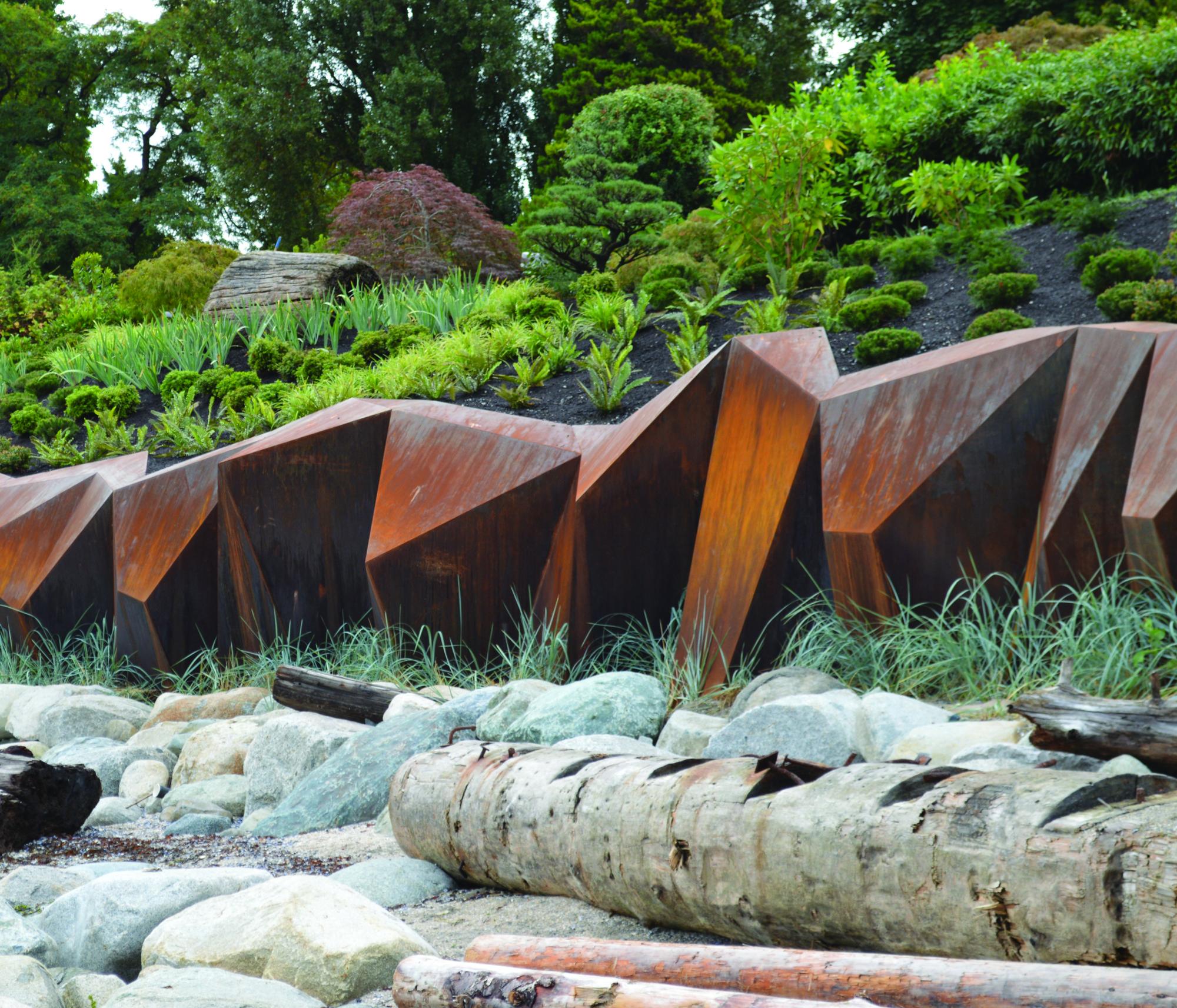 paisaje y una escultura de acero cortn en medio del paisaje