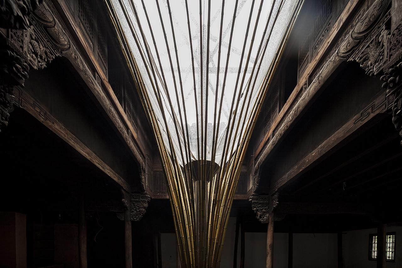China: dispositivo de bambú permite iluminar el interior de un antiguo edificio vernacular, Cortesia de Atelier Archmixing