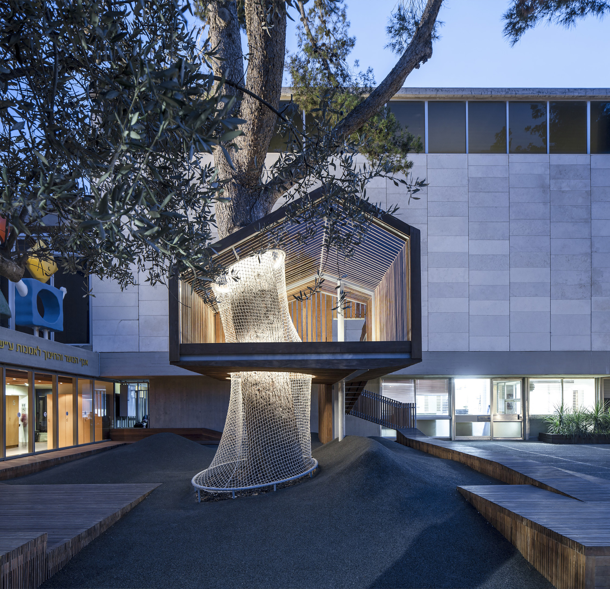 The Youth Wing for Art Education Entrance Courtyard  / Ifat Finkelman + Deborah Warschawski , © Amit Geron