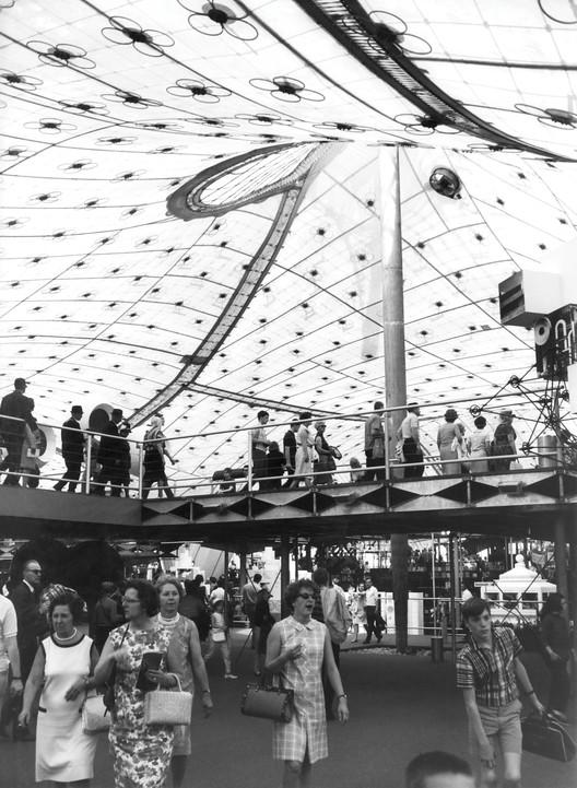Dentro del Pabellón Alemán durante la Expo '67. Imagen © Frei Otto