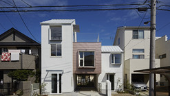 Sandwich Apartment  / Ikeda Yukie Architects