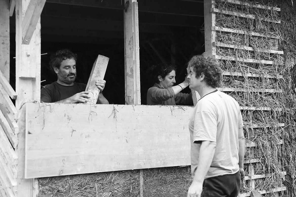 "Figura 2. Taller de Construcción Natural ""Romi Etxea"". Astigarraga, Euskal Herria, 2013. Formación para la auto-construcción.. Image Cortesia de Marco Aresta"