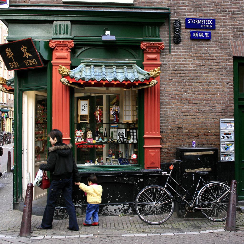 Tienda comercial en el barrio De Wallen, en el centro histórico de Ámsterdam. Image © siebe [Flickr CC]