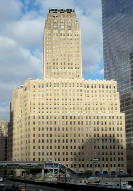 The Barclay-Vesey Telephone Building, ahora conocido con el Verizon Building, fue seriamente dañado en los ataques del 11 Sept, 2001. Imagen © Wikipedia user Brulot