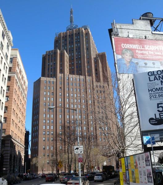 AT&T Long Distance Building en Nueva York, contiene más de 1,1 millones de pies cuadrados de espacio para oficinas. Imagen © Wikipedia user Jim Henderson