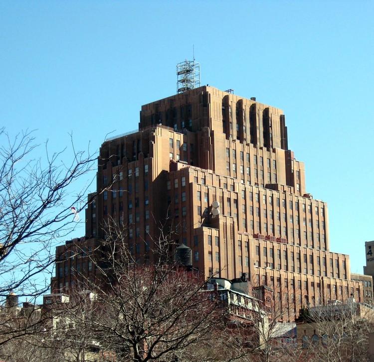 La cima del 60 Hudson Street, antes llamado el edificio Western Union. Imagen © Wikipedia user Jim Henderson