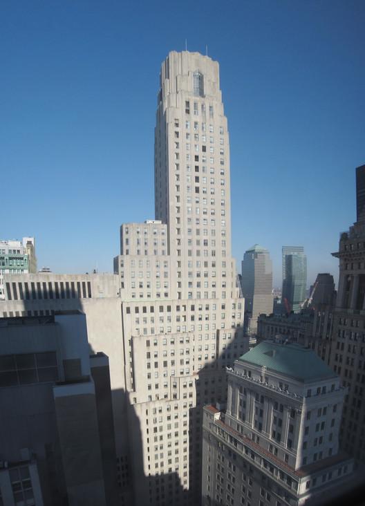 One Wall Street, antes conocido como el edificio Irving Trust Company, ocupa una de las más valiosas parcelas de bienes raíces en el mundo. Cortesía de Wikipedia. Imagen