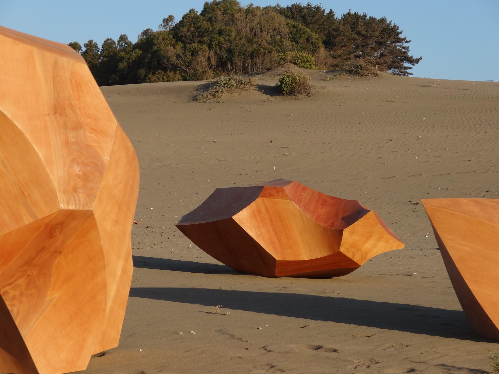 Palos y Rocas, esculturas de madera por el artista Patrick Steeger, Cortesia de Galeria Patricia Ready
