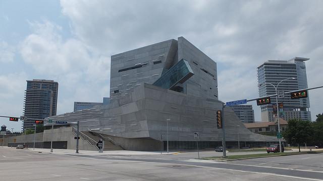 Una persona educada en la arquitectura contemporánea quizás encuentre goce en formas nuevas y desafiantes, pero inconscientemente estas no se adaptan a nuestra configuración psicológica. Museo Perot de las artes y las ciencias, diseñado por Tom Mayne, Dallas, Texas, EE.UU. Imagen via Aidan Wakely-Mulroney en Flickr. CC