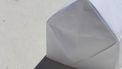 Instalación temporal para niños: explorando la flexibilidad del papel