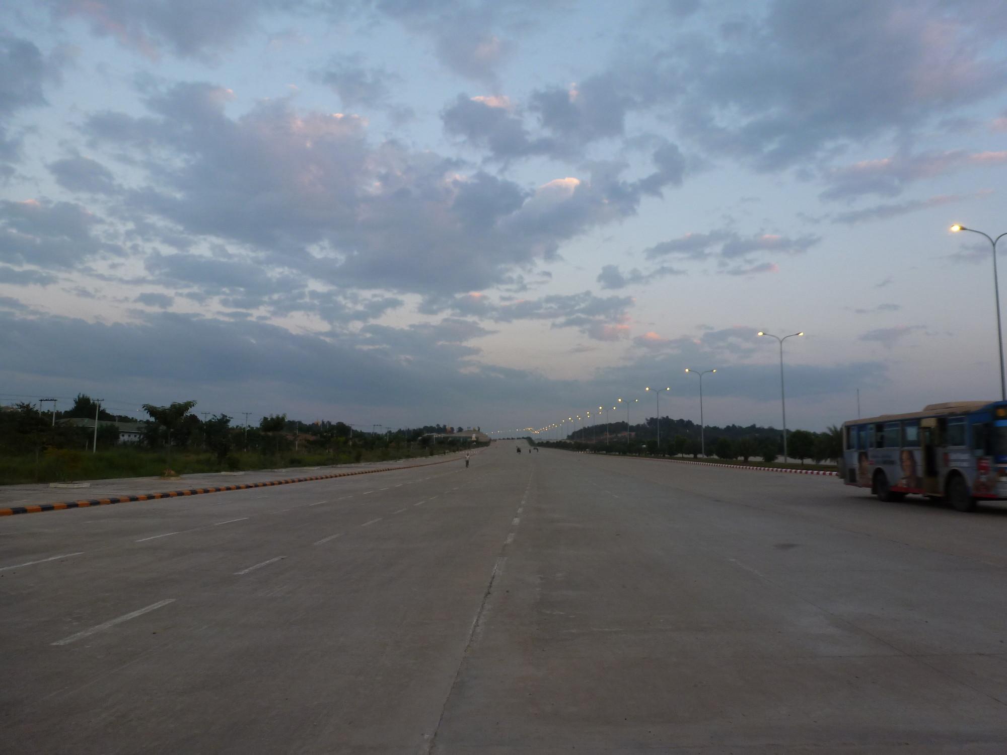 Otra calle vacía de Naypyidaw. Imagen © Wikimedia user Hybernator