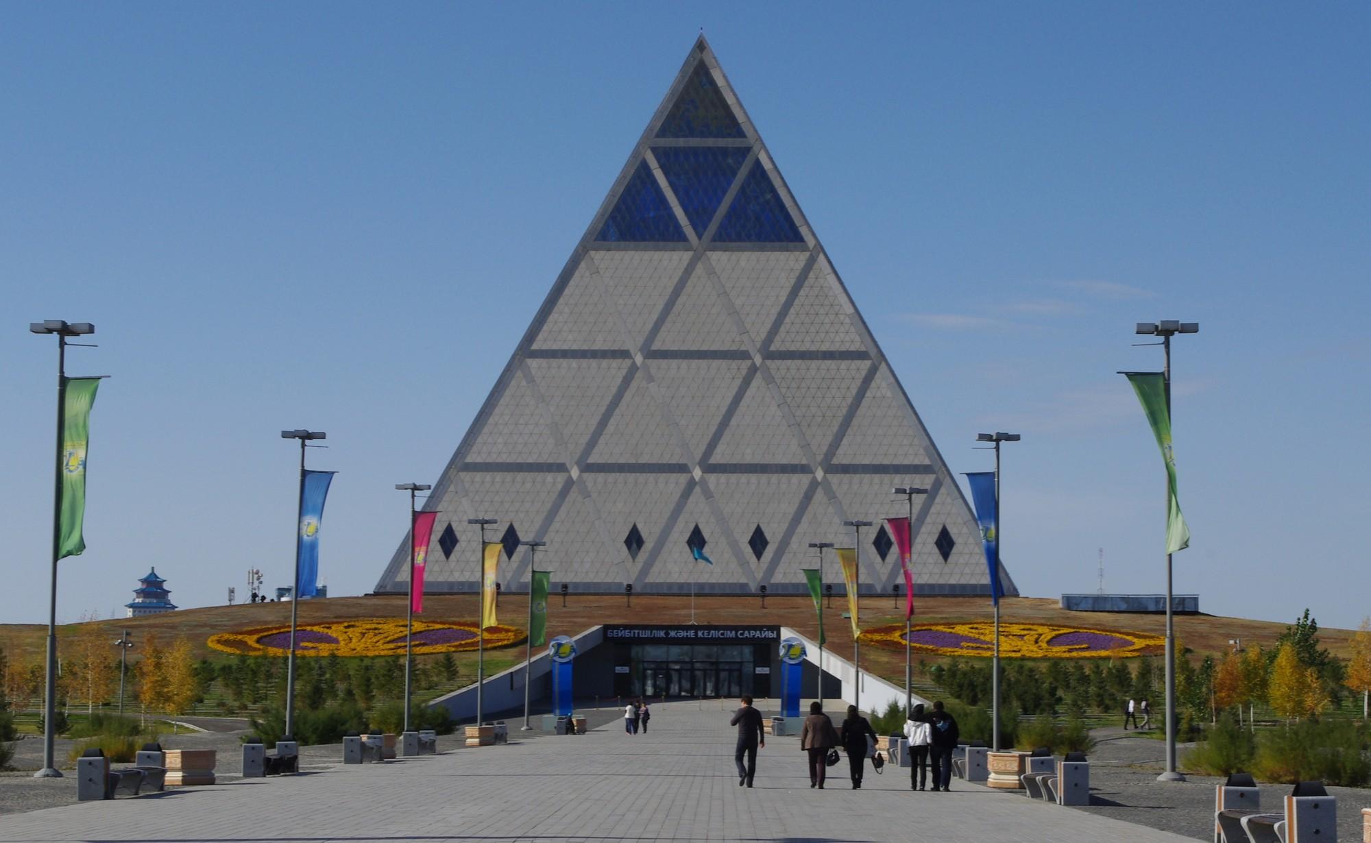 El Palacio de la Paz y la Reconciliación de Norman Foster. Imagen © Flicker user ninara