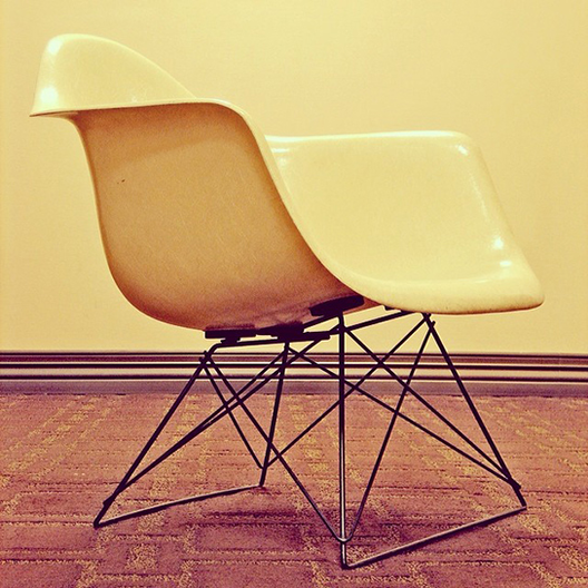 "How Charles and Ray Eames' ""Shell Chair"" is Constructed in 12 GIFS, Courtesy of Herman Miller"