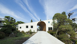 Arch Wall House  / Naf Architect & Design