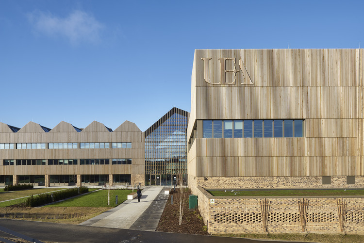 Bob Champion Building / Hawkins\Brown, © Gareth Gardner