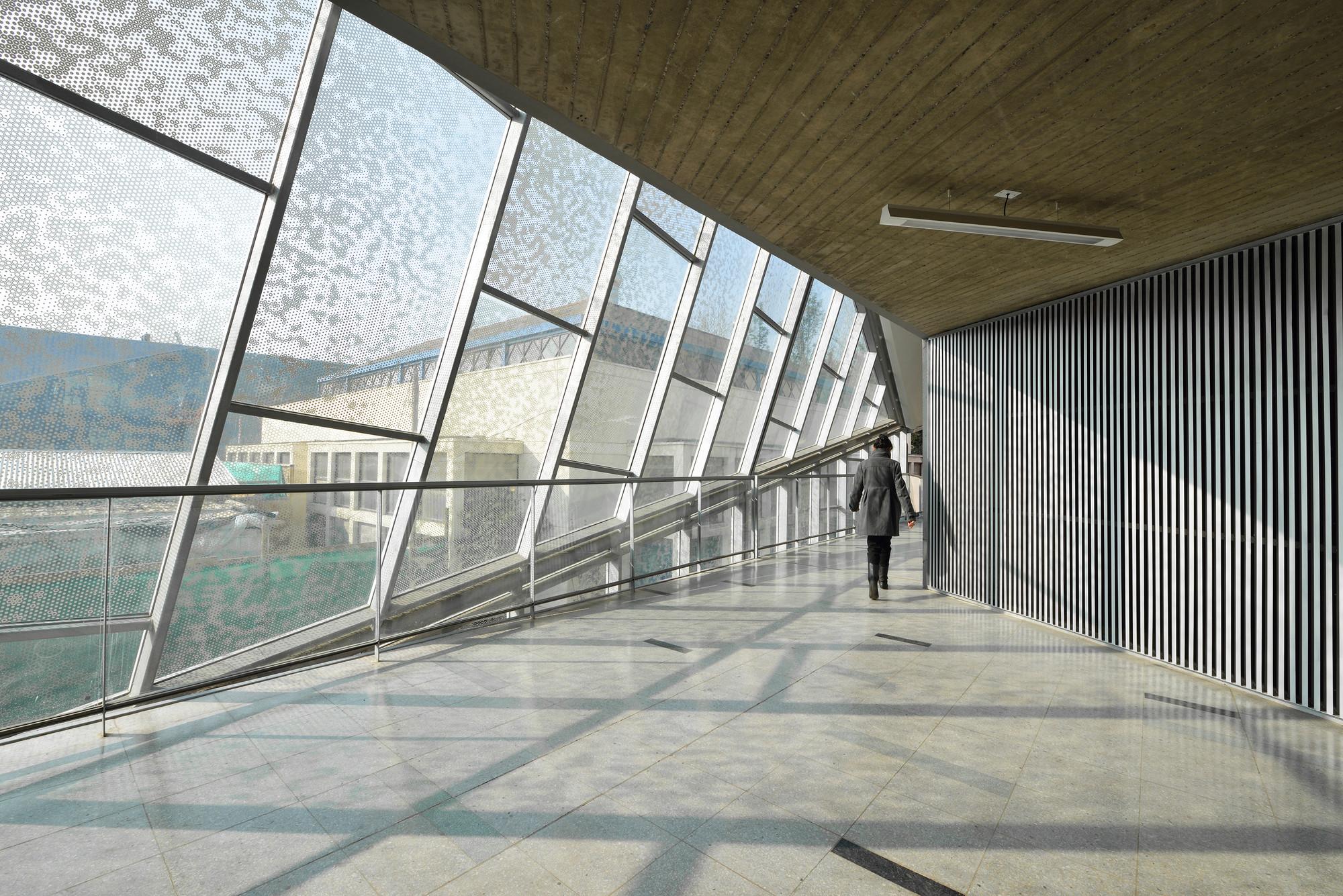Universidad de chile juan gomez millas campus classroom for Universidades para arquitectura
