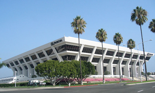 Pacific Life Headquarters, Newport Beach. Image © <a href='https://commons.wikimedia.org/wiki/File:Pacificlifeheadquarters.jpg'>Wikimedia user Coolcaesar</a> licensed under <a href='https://creativecommons.org/licenses/by-sa/3.0/deed.en'>CC BY-SA 3.0</a>