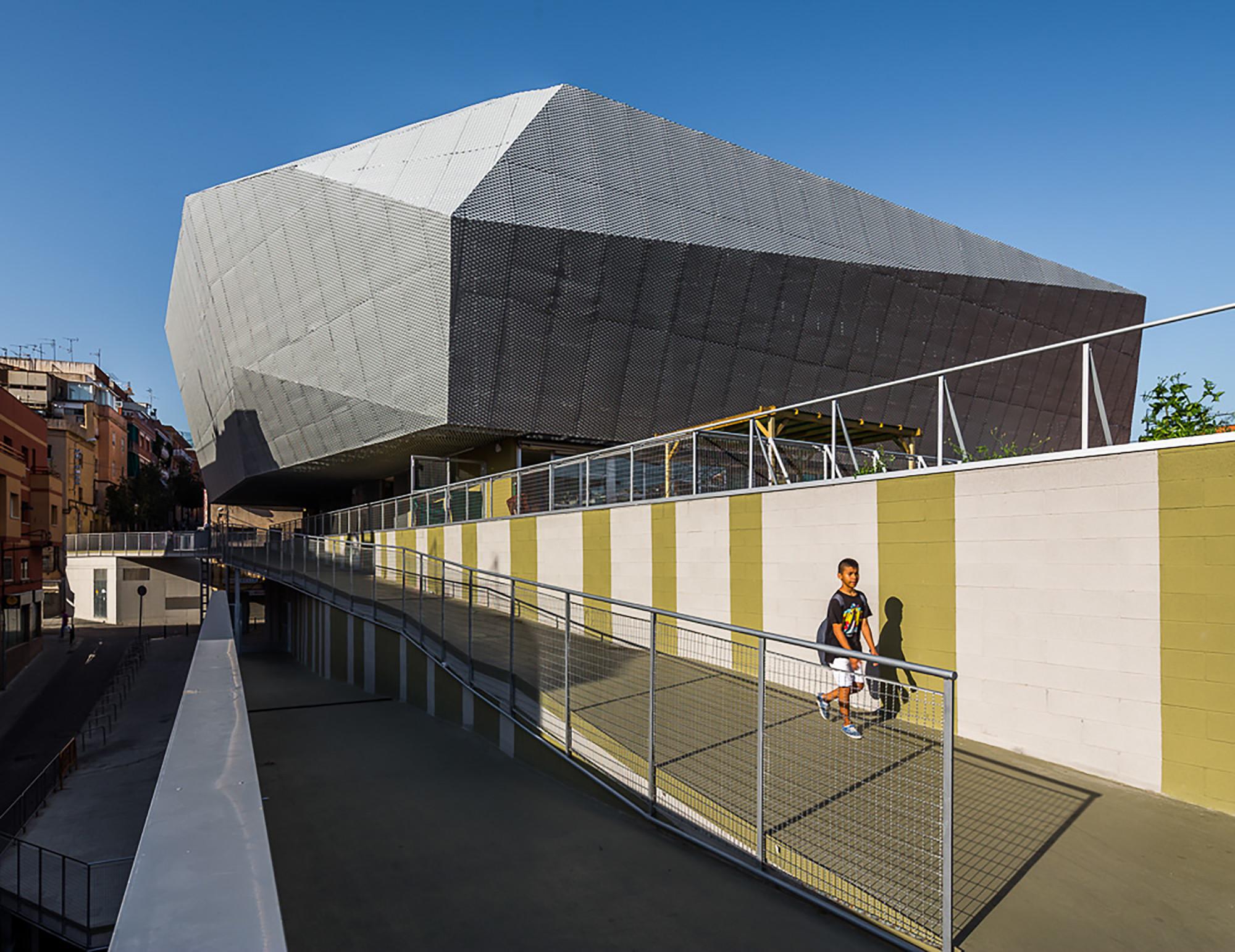 """Edificio Multifuncional """"Fondo"""" Santa Coloma de Gramanet  / Pich-Aguilera Architects, © Simón García"""
